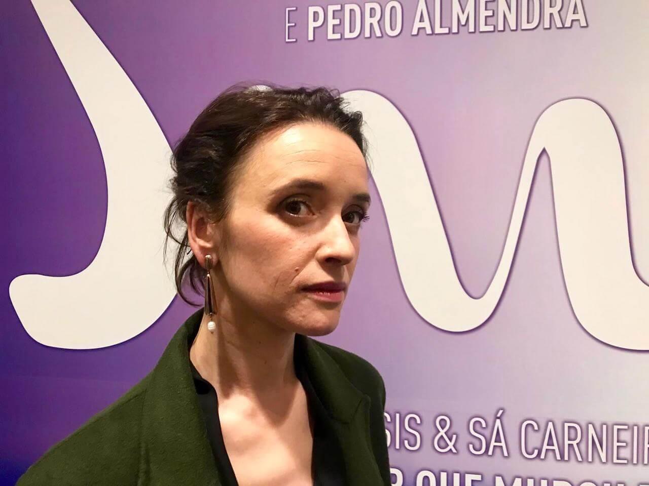 A atriz portuguesa Maria João Pinho com nosso brinco na inauguração de seu filme em Lisboa